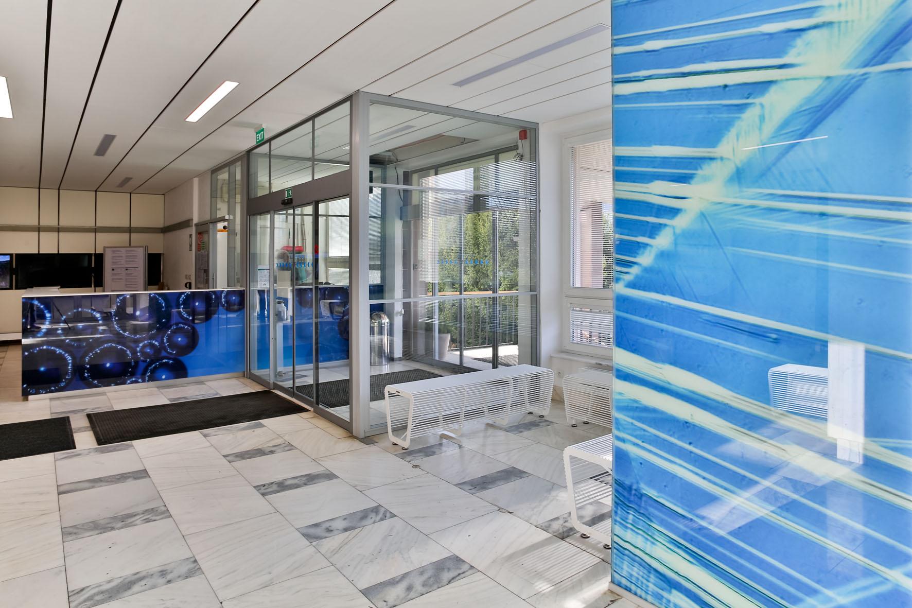 Nagyított fotós motívumok színes elemeivel díszítet belső tér